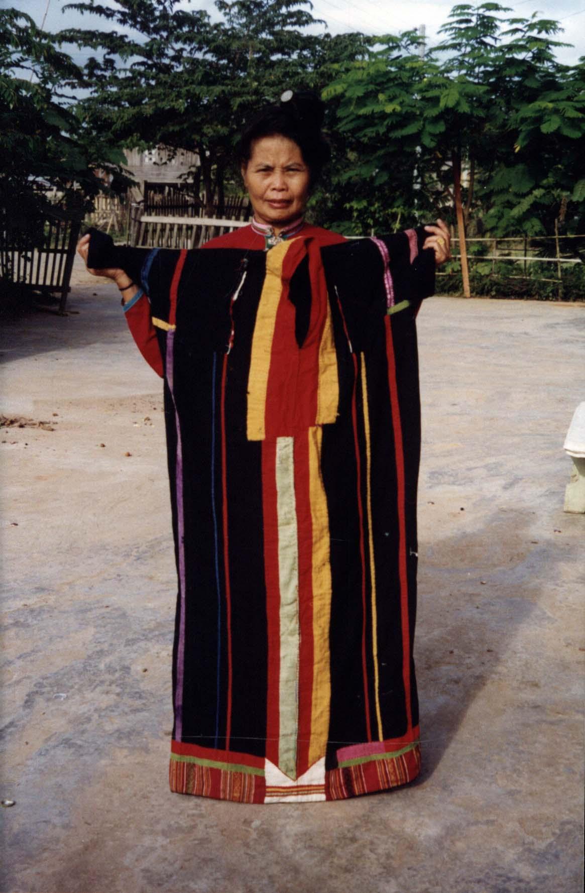 หญิงไทดำแสดงเสื้อฮี (ยาว)